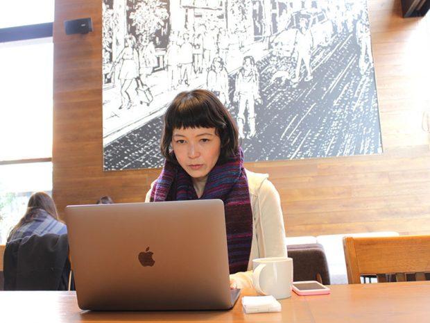 カフェでの作業風景